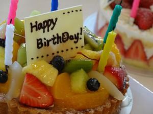 誕生日の方がお二人もいらっしゃったので、みんなでケーキを食べ、お祝いしました。
